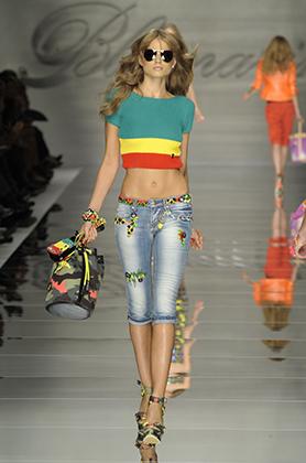 Анна Молинари не стала посвящать растафарианству всю коллекцию Blumarine весна/лето 2010 года на Миланской неделе моды, но раста-цвета стороной не обошла. Сентябрь 2009 года.