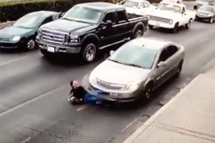Девушка на высоких каблуках попыталась перебежать дорогу и попала под машину