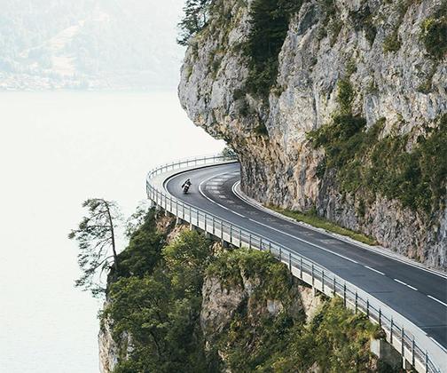 «Преодолеть эту дорогу на неповоротливом фургончике было очень весело. Не представляю, какой взрыв эмоций испытал этот парень на мотоцикле», — поделилась ощущениями от поездки по швейцарскому серпантину фотограф Келси Джонсон.