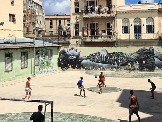 Пока в России в самом разгаре чемпионат мира, на Кубе ни на секунду не утихают дворовые футбольные баталии. Фотограф Трисих Сангуанбун отвлекся от игры, чтобы сделать фотографию: «Неважно, на каком этапе жизни ты находишься, ты должен играть. Эти дети напомнили мне, как оставаться молодым и здоровым благодаря футболу — игре, которую обожают все».