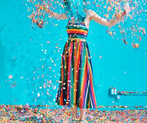 Июнь — месяц гей-парадов в Америке. Свою поддержку ЛГБТ-сообществу выражают самые разные люди, независимо от ориентации. Дизайнер Сара Харви замужем и ждет ребенка, но это не помешало ей принять участие в радужном флешмобе.
