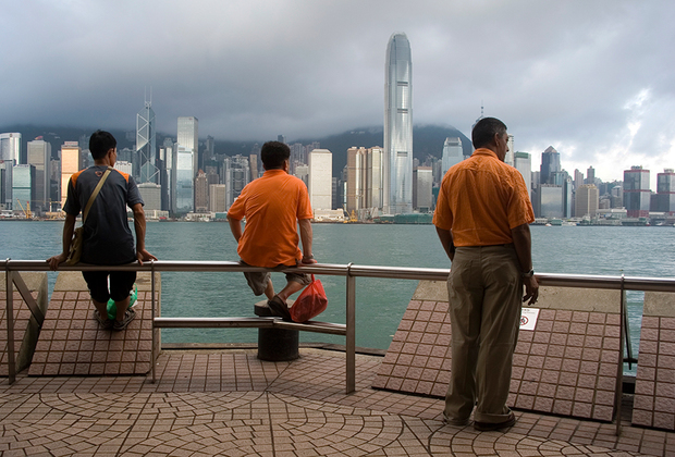 """Очередное недовольство гонконгцев вызвали первые в истории прямые выборы главы администрации района, которые должны были пройти в 2017 году. До этого ими занимался комитет выборщиков из числа гонконгской элиты, назначенный Пекином. Однако в 2014-м КПК пообещала, что управление городом будет передано в руки самих гонконгцев. При одном лишь <a href=""""http://www.scmp.com/news/hong-kong/article/1582245/full-text-npc-standing-committee-decision-hong-kong-2017-election"""" target=""""_blank"""">условии</a>: Пекин вместо выборщиков назначит самих кандидатов, чтобы убедиться, что они действительно «любят страну и любят Гонконг». Такого подвоха жители не ждали. Им словно разрешили пить все, что угодно, при условии, что это будет томатный сок. Дело вновь закончилось протестами.  <br><br>  На этот раз на улицы вышли сотни тысяч человек. Полиция не скромничала: избивала протестующих, применяла слезоточивый газ. Демонстрации, продолжавшиеся 72 дня, вошли в историю как <a href=""""https://ru.wikipedia.org/wiki/%D0%A0%D0%B5%D0%B2%D0%BE%D0%BB%D1%8E%D1%86%D0%B8%D1%8F_%D0%B7%D0%BE%D0%BD%D1%82%D0%B8%D0%BA%D0%BE%D0%B2_(%D0%BF%D1%80%D0%BE%D1%82%D0%B5%D1%81%D1%82%D1%8B_%D0%B2_%D0%93%D0%BE%D0%BD%D0%BA%D0%BE%D0%BD%D0%B3%D0%B5)"""" target=""""_blank"""">«Революция зонтиков»</a>. Так она была названа потому, что протестующие использовали зонтики как щиты, что, впрочем, было не очень эффективно."""