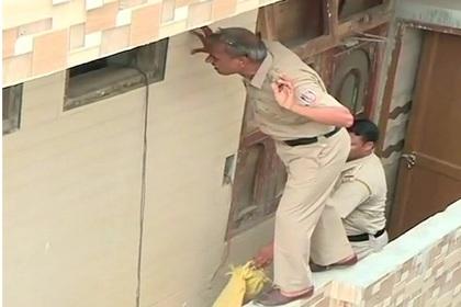 Полиция осматривает дом семьи