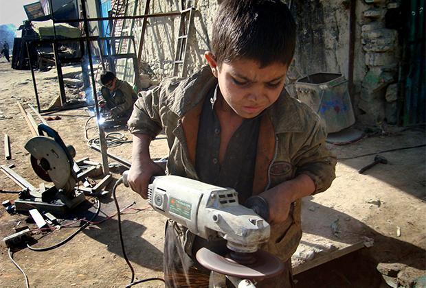 Дети работают наравне со взрослыми, чтобы прокормить свои семьи