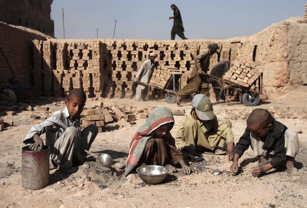Один из немногих источников постоянного дохода для афганских детей — кирпичные заводы