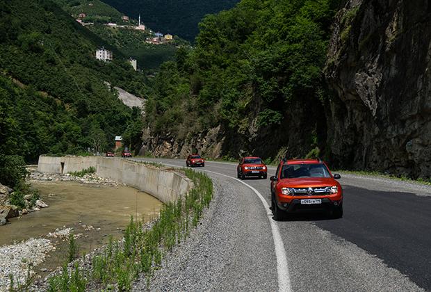 Поводом для путешествия стал тест-драйв новой версии Renault Duster Dakar. Такие машины отличаются ярким оранжевым цветом «Аризона», доступным только для «Дакаров», молдингами из некрашеного пластика на боковинах, шильдиками, накладками на пороги, ковриками в салоне и вышитым на сиденьях названием модификации.