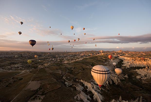Главная фишка Каппадокии, помимо пещерных поселений, — полеты на воздушных шарах. Встать приходится в четыре утра, так как первые шары поднимаются в небо уже в пять часов.