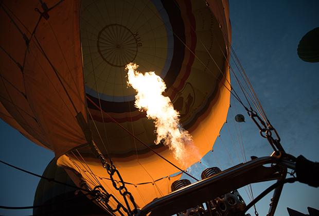 Теоретически аэростат способен набирать высоту гораздо быстрее: у газовой горелки сразу четыре сопла, но в туристических поездках для экономии газа используется только одно.