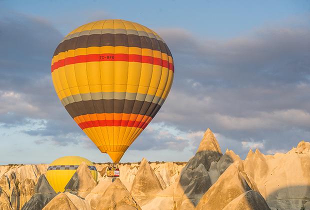 Самые большие эмоции получаешь, когда шар летит на малой высоте, буквально следуя рельефу местности. Летают в Каппадокии только по утрам, когда воздух прохладный, а рассветное солнце раскрашивает горы в розовый и оранжевый цвета.