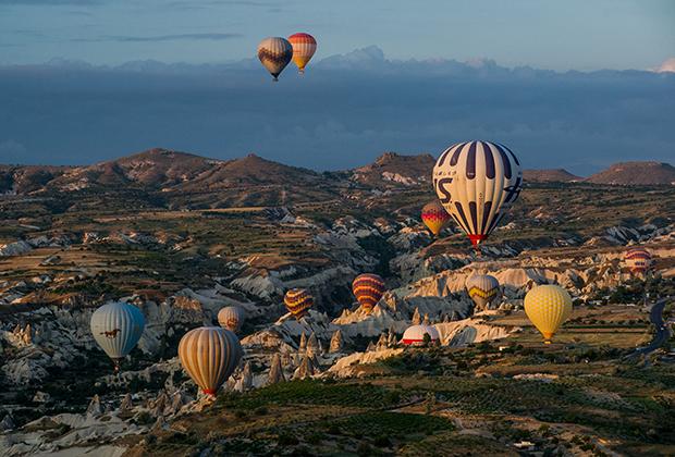 В небо поднимаются около 150 шаров, в корзине каждого находится в среднем 10-15 человек. Так что в воздухе одновременно находится около полутора-двух тысяч туристов, а ежедневная выручка организаторов этого развлечения превышает 300 тысяч долларов США.