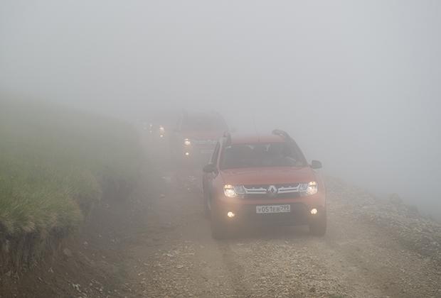Один из самых напряженных моментов нашего путешествия — штурм горного перевала. Высота — 2300 метров над уровнем моря, видимость — пять метров. Когда из мглы на тебя неожиданно выплывает стадо коров, перехватывает дыхание. Ориентироваться в колонне удается только благодаря противотуманным фарам.