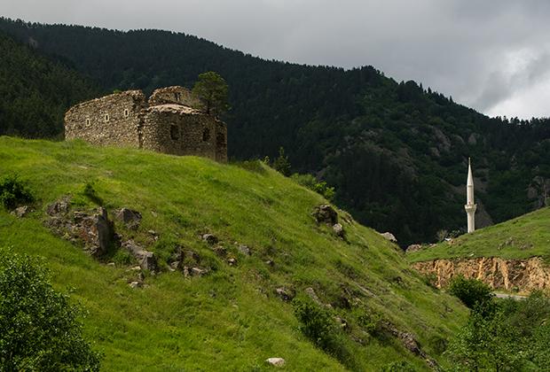 Развалины слева — христианская церковь времен Римской империи. Мечеть с минаретом — непременный атрибут любой деревни. В провинциальной Турции живут религиозные и любящие Эрдогана люди.