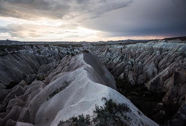 Горы Каппадокии — наглядное пособие по геологии. Слои застывшей лавы, серого пепла, туфа и залежи пиритов видны невооруженным глазом.