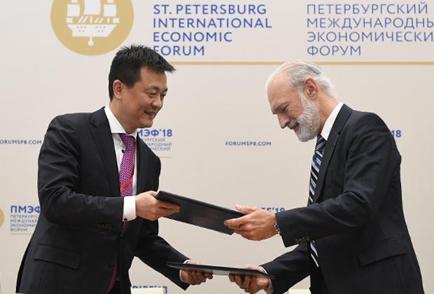 Генеральный директор Huawei в России Эйден У и генеральный директор «ВымпелКом» Василь Лацанич