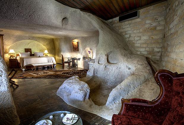 Для того чтобы туристы могли лучше прочувствовать местный колорит, многие отели строятся прямо в скалах. Чаще всего гора отдается отельерам в аренду на длительный период, причем условия аренды накладывают массу ограничений, ведь Каппадокия — часть мирового наследия ЮНЕСКО.