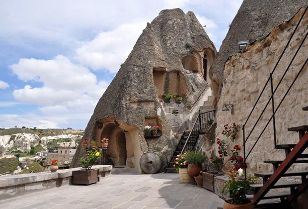 Летом температура в Каппадокии достигает 40 градусов, но в пещерных отелях прохладно даже в полдень. Внутреннее убранство здесь выполнено в турецком стиле, ничто не напоминает о живших здесь всего 100 лет назад греках и армянах.