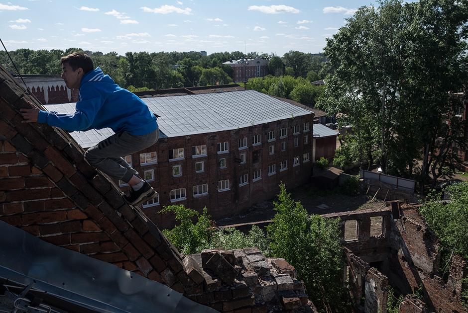 Вид на разрушенную прачечную и Морозовские казармы с крыши одного из зданий