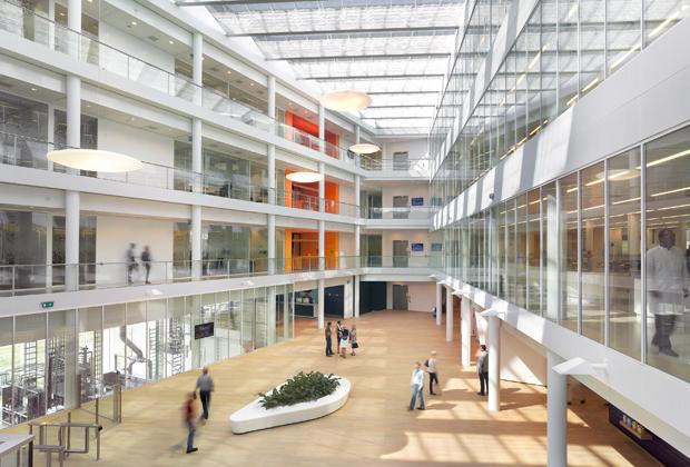 Центр специально проектировали так, чтобы в нем было как можно больше света и открытого пространства