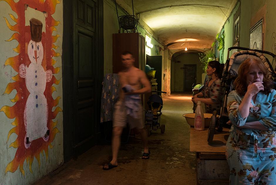 Жильцы в коридоре одного из домов комплекса