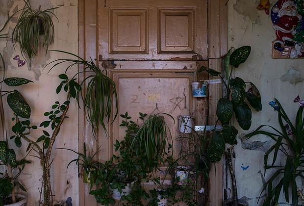 Каждый из жителей в меру своих финансовых и физических возможностей пытается украсить свою комнату.