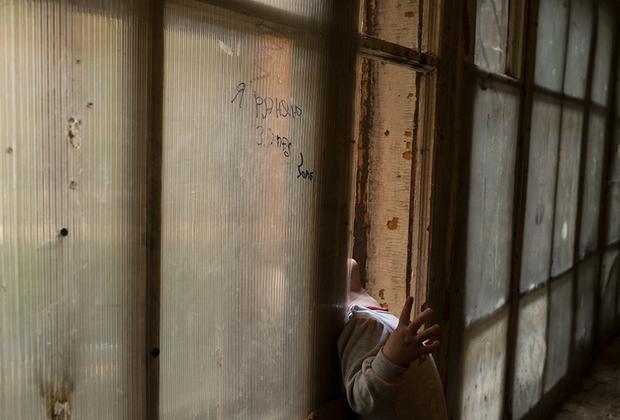Подвалы зданий всегда затоплены водой, поэтому даже зимой в коридорах полно комаров.  Надпись на окне «Я раняю запад» (орфография сохранена) — название трека популярного рэпера Face.