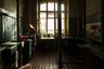 Кухня используется только для приготовления пищи, а едят жильцы в своих комнатах. Чтобы потолок не упал, его подпирают балки.
