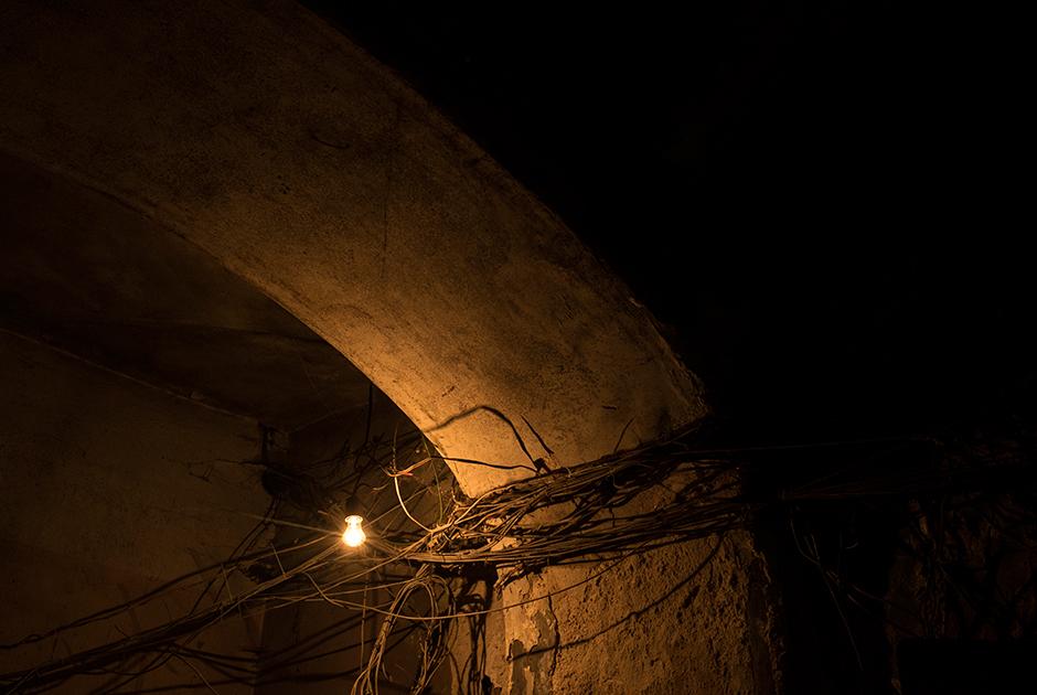 Оголенные провода вдоль потолков