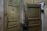 Надпись на двери — «Убийца» — сделали местные дети. В этой комнате жил человек, в начале 2000-х по пьяни зарезавший четырех соседей, а позже скончавшийся в тюрьме.