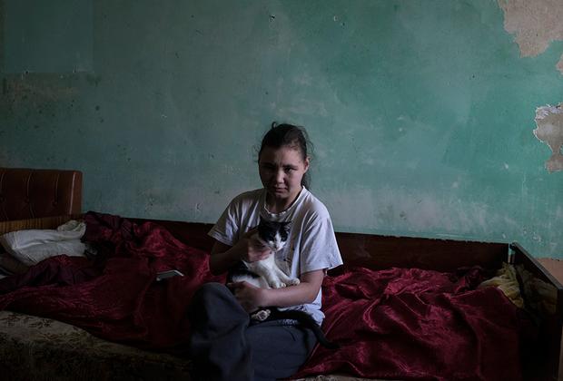 Мать Тани работала на фабрике, после ее смерти комната досталась девушке. Из-за слабого здоровья она не может привести жилье в порядок. Таня называет себя ребенком подземелья.