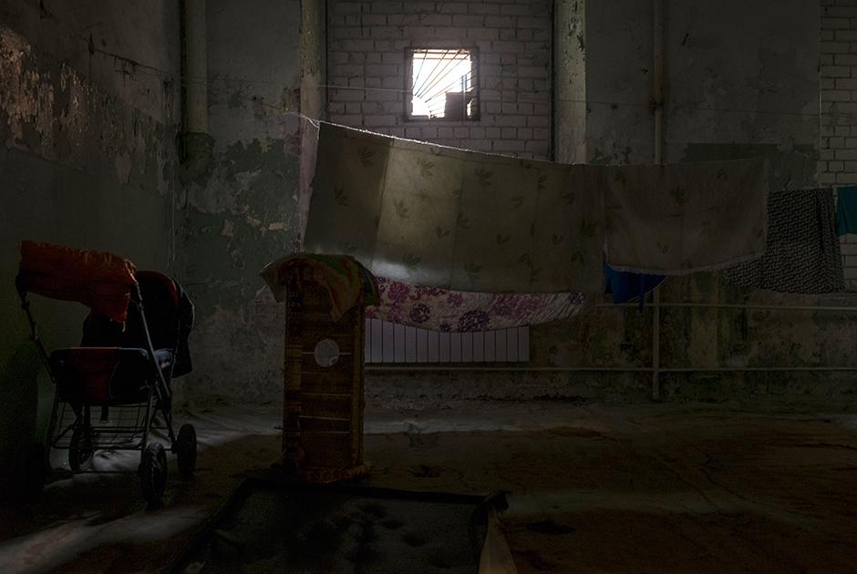 Еще одна заброшенная комната в казармах, используемая как сушильное помещение для белья и кладовая для вещей