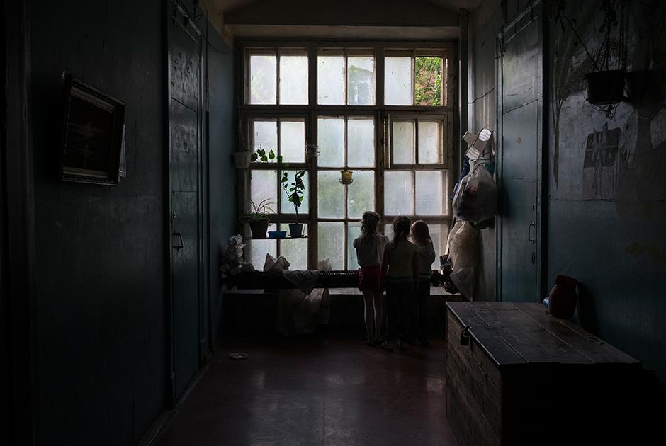 Около двери в каждую комнату стоит сундук, в котором хранятся запасы овощей или вещи