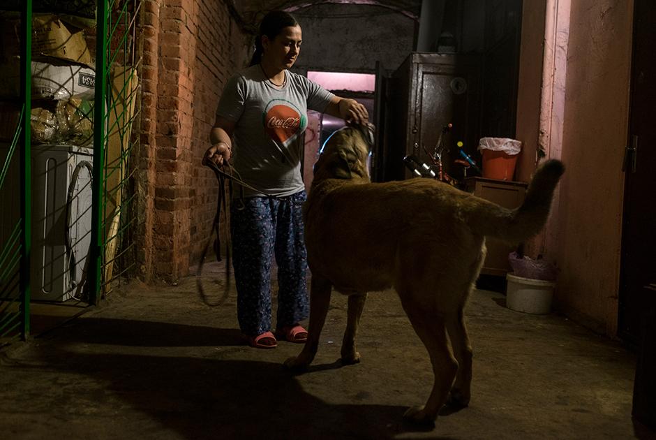 Вероника и собака Тина — общая на весь коридор, жители гуляют с ней по очереди
