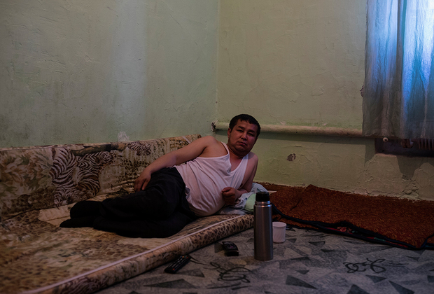 Эту полупустую комнату без кровати Илимбек снимает. Несмотря на то что живет он тут недавно, наслышан о криминальных временах этого района. Он говорит, что и сейчас тут опасно, особенно когда выпиваешь с русскими.