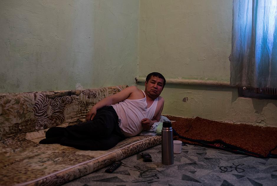 Илимбек, 39 лет, приехал из Киргизии на заработки, потом привез жену и дочку, которые на каникулы уезжают на родину