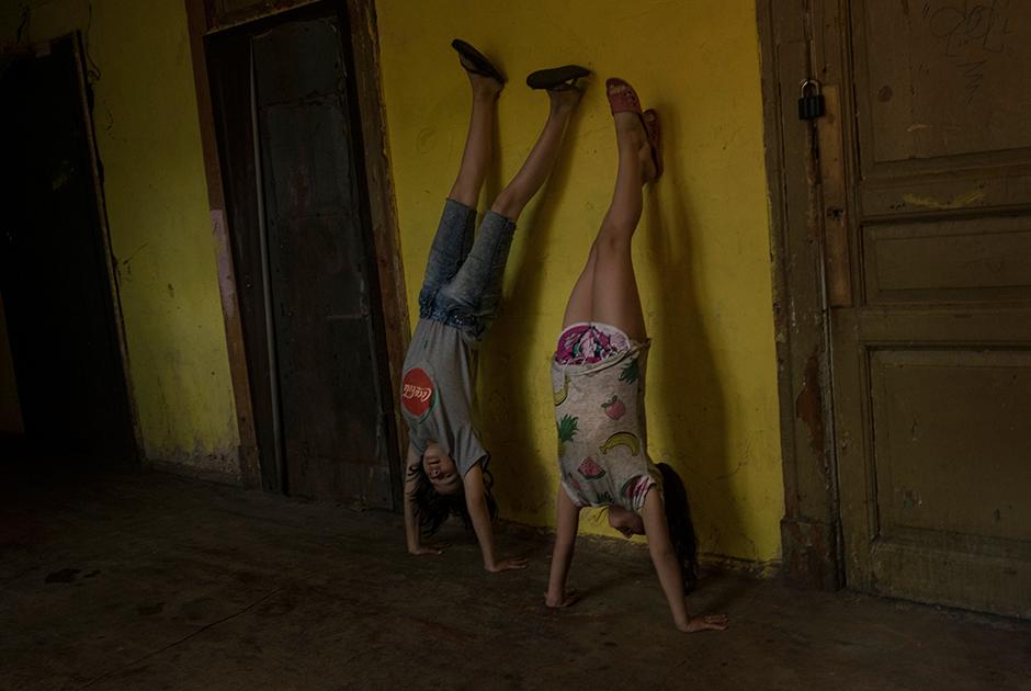 Дети играют в общем коридоре