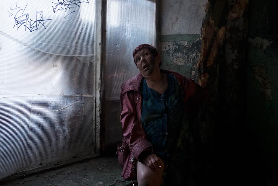 Баба Валя, 62 года, живет в полупустой комнате в казармах, пьет каждый день, ходит между домов и громко ругается