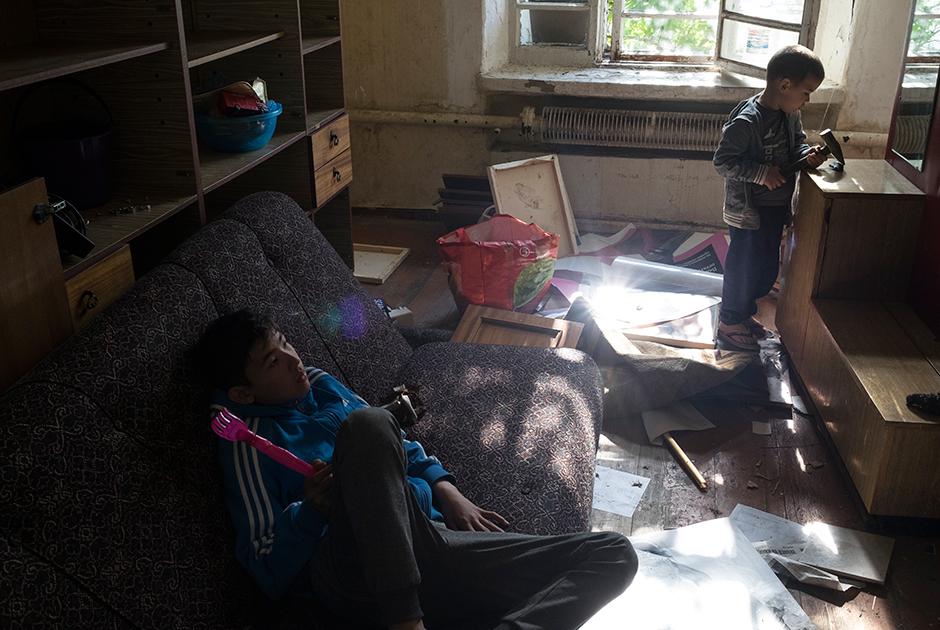 Мальчишки в заброшенной комнате
