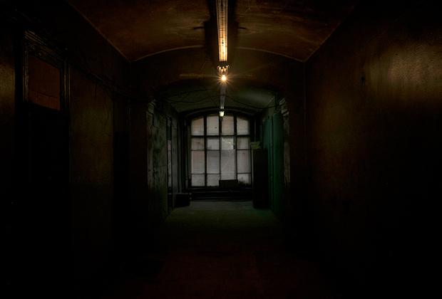 В коридорах комплекса зачастую нет света. Лампочки воруют или разбивают.
