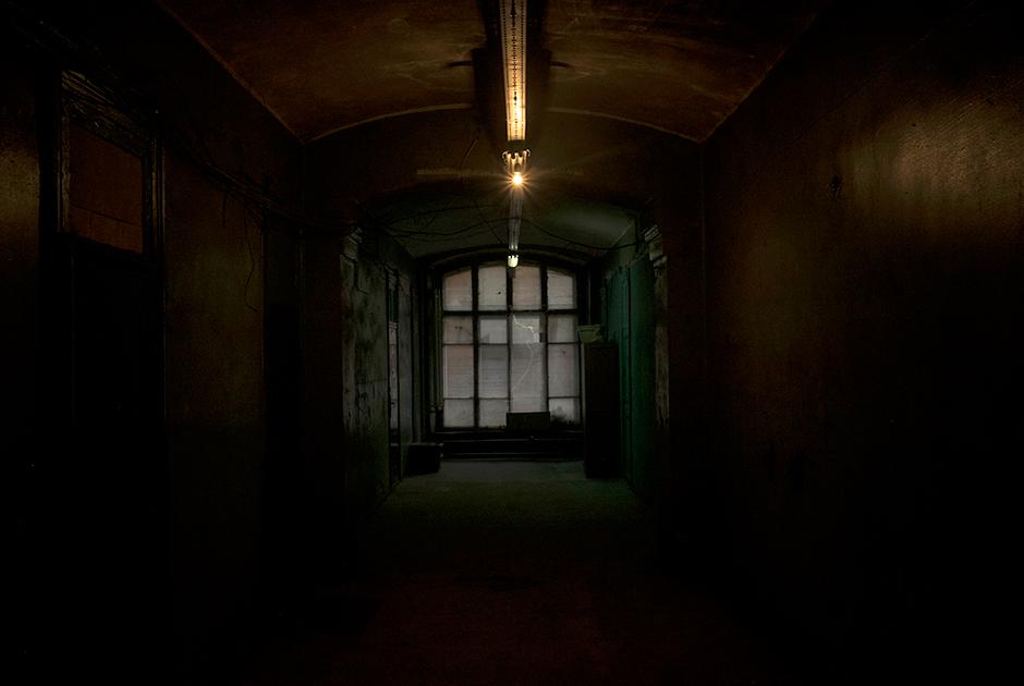 В темных коридорах казарм