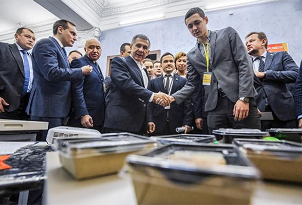 Президент Татарстана Рустам Минниханов знакомится с продукцией Secret Fit