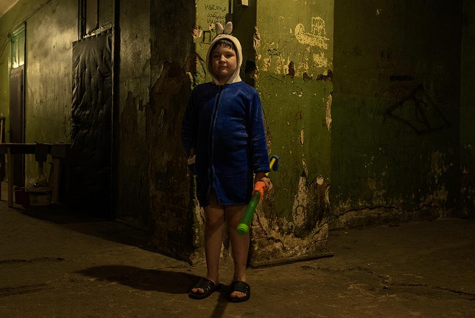 Мальчик в халате в коридоре одного из домов