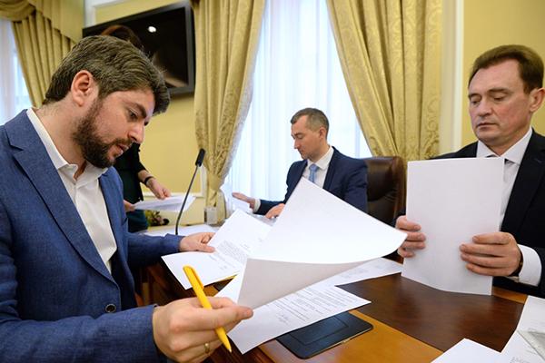 Илья Свиридов (слева)