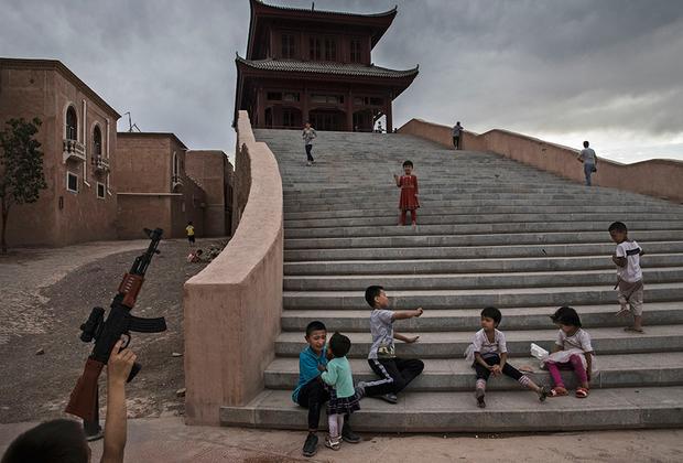 К началу XXI века большая часть населения по-прежнему жила в историческом центре города. В рамках политики по ускорению экономического развития региона центральные власти развернули в Кашгаре масштабное строительство. При этом значительная часть зданий строилась в традиционном ханьском стиле, что вызвало бурное недовольство уйгурского большинства.