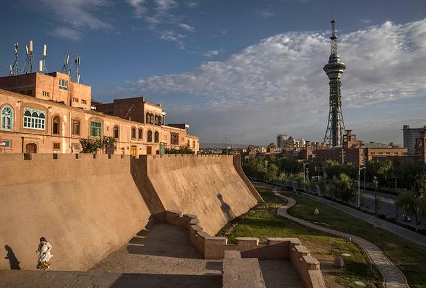 До начала реформ Дэна Сяопина жизнь в Кашгаре мало изменилась с XIX века. Но в конце 1980-х в городе началось активное строительство. Одним из символов нового Кашгара стала телебашня, расположенная прямо у стен Старого города.