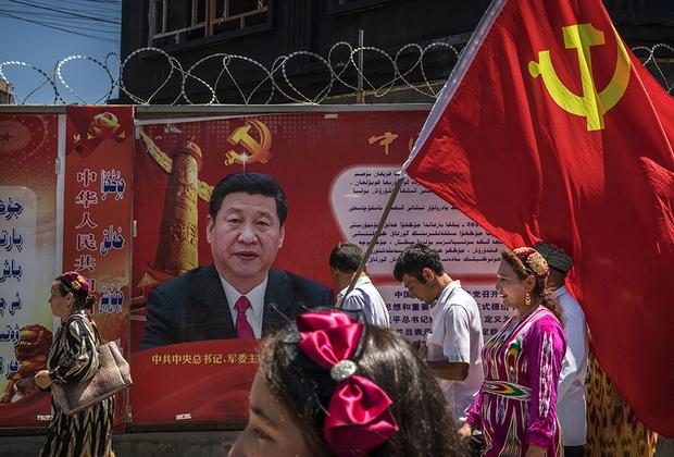 Несмотря на свое культурное и духовное значение, Кашгар давно утратил статус крупнейшего города СУАР. Экономический и политический центр провинции теперь находится в Урумчи. Тем не менее иногда в город приезжает Си Цзиньпин, что всегда становится событием и для местных жителей, и для китайских силовых структур — в регионе действует террористическое подполье.