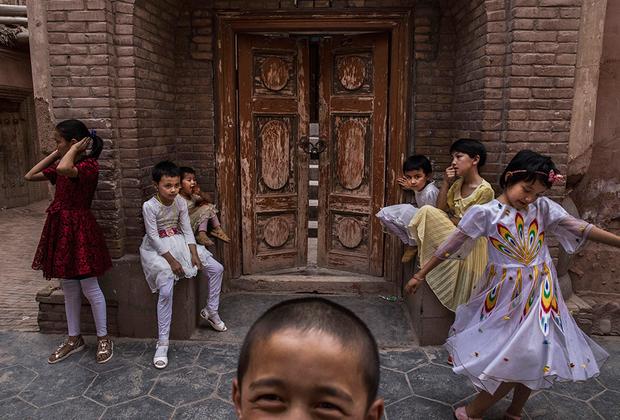Уйгурские дети играют у входа в мечеть, закрытую китайскими властями в июне 2017 года. В СУАР всегда были сильны сепаратисткие настроения, а в XVIII, XIX и XX веках в Кашгаре создавались де-факто, а порой и де-юре независимые от Китая государства. Последняя попытка датирована 1933-1934 годами, когда город был столицей Исламской Республики Восточного Туркестана.