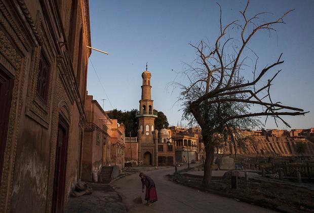 Помимо пятничной мечети Ид Ках, в Кашгаре множество районных мечетей —молельный дом есть в каждой махалле (квартале) города. Далеко не все мечети действующие, так как в отношении мусульман в КНР существуют ограничения. Например, в священный месяц Рамадан школьникам и студентам запрещено поститься. Также запрещены некоторые мусульманские имена, такие как Ислам, Саддам, Хадж, Мекка, Имам, Джихад и другие.