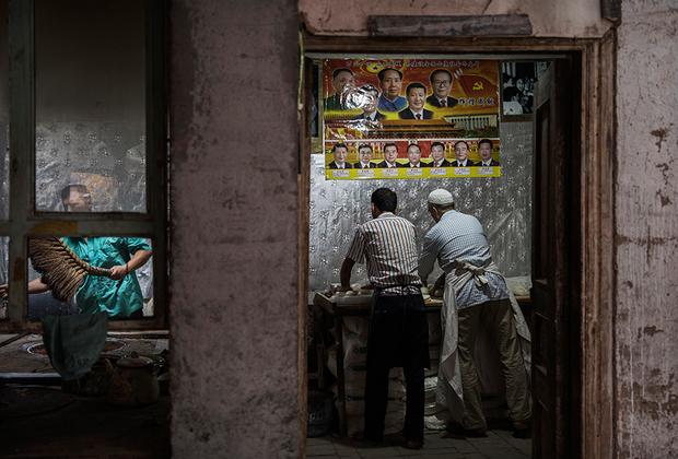 Сейчас террористическая активность переместилась в Урумчи, а в Кашгаре относительно спокойно. Местное население выражает лояльность центральной власти, развешивая в домах и на работе портреты коммунистических лидеров. Например, эта пекарня украшена изображениями всех пяти поколений руководителей КПК.