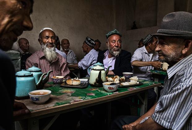 Жизнь в Кашгаре больше напоминает традиционный быт не Китая, а республик Средней Азии. Местные жители носят тюбетейки, отпускают бороды и подолгу сидят в чайханах. И уйгурская кухня очень похожа на среднеазиатскую: лапша, лагман, плов, выпечка в тандыре.