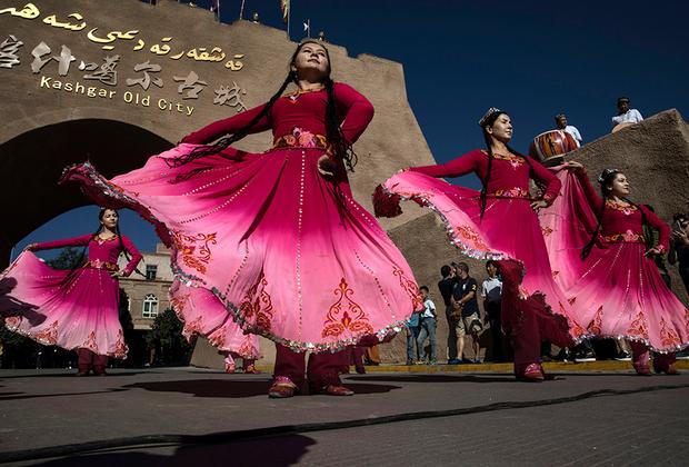 Если в СССР перевели языки народов Западного Туркестана с арабского алфавита на кириллицу, то в Восточном Туркестане по-прежнему пишут вязью. Хотя уйгуры за пределами Китая пользуются кириллицей и латиницей. В Кашгаре существуют ансамбли национальной песни и танца, без которых не обходится ни одно официальное мероприятие.